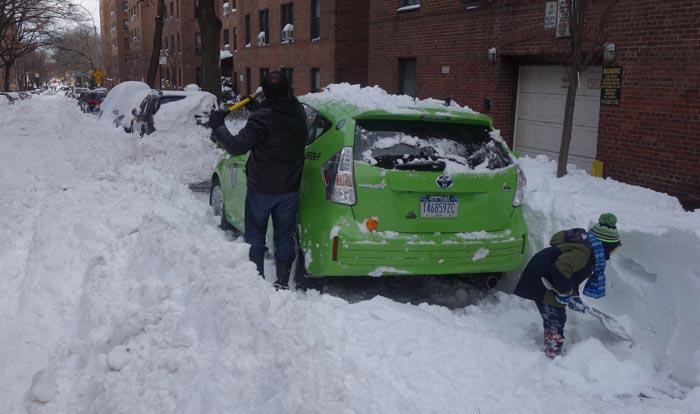 Retirar la nieve que cubre los carros no es una tarea fácil y tampoco ayuda que la ciudad no limpie bien las calles después de la tormenta, especialmente en Queens. Fotos Javier Castaño