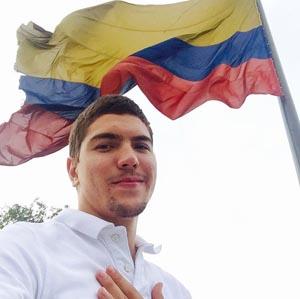 Edison Daniel Morales bajo la bandera de Colombia.