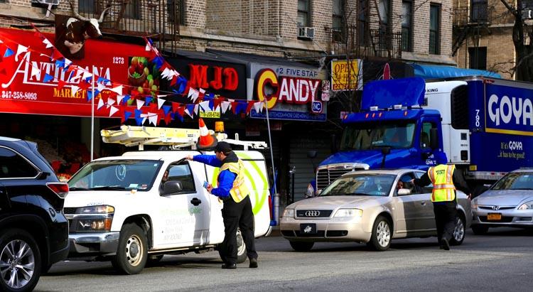 Empleados de DOT repartiendo volantes sobre esta nueva campaña en las calles de la ciudad de Nueva York.