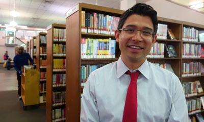 El concejal Carlos Menchaca en la biblioteca pública del centro de Manhattan.