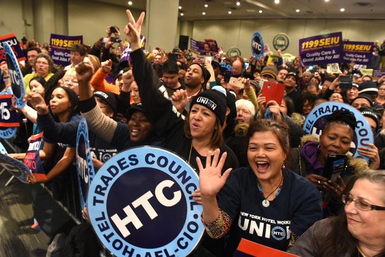 Sindicalistas celebraron cuando el Gobernador Cuomo estampó su firma para aumentar el sueldo mínimo a $15 por hora de trabajo. Foto Don Pollard