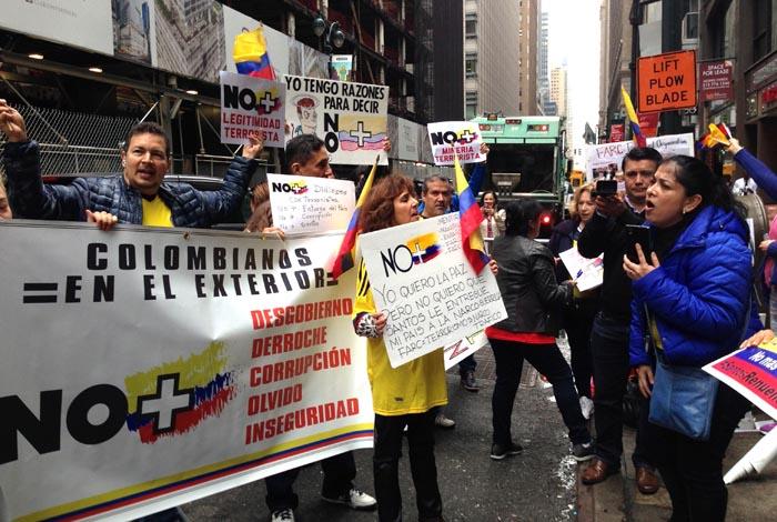 Liliana Melo, a la derecha, alentando a los manifestantes.