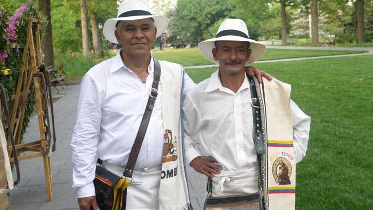 Gonzalo Vélez y Orlando Atehortua, felices y orgullosos silleteros paisas durante la rueda de prensa en el Jardín Botánico de Queens. Foto Marcela Alvarez