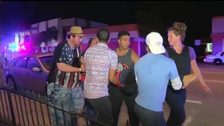 En la madrugada del domingo, varios hombres ayudan a un herido de la discoteca gay Pulse Orlando.