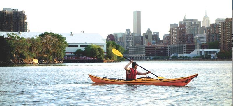 Montar en kayak o canoa se ha popularizado en NYC que posee 160 millas de ríos, bahías, arroyos y océano. La mejor forma de disfrutar del paisaje y visitar los recursos naturales que posee la Gran Manzana. Esta foto fue tomada en el East River, en Long Island City, cerca al Parque Sócrates. Foto Javier Castaño