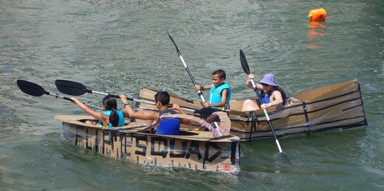 La competencia de kayas hechos de carton. Foto Javier Castaño