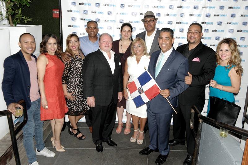 Activistas, políticos y representantes de los patrocinadores durante la fiesta de LatinTRENDS.