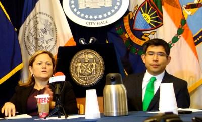Los concejales Melissa Mark-Viverito y Carlos Menchaca en rueda de prensa con los medios étnicos de Nueva York. Foto Kiara García