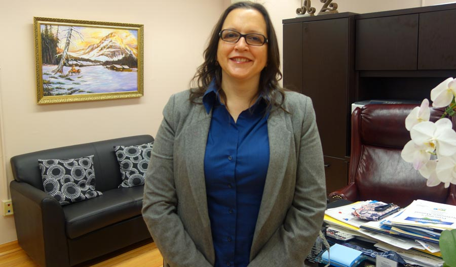 La directora Ana R. Zambrano-Buracov en su oficina.