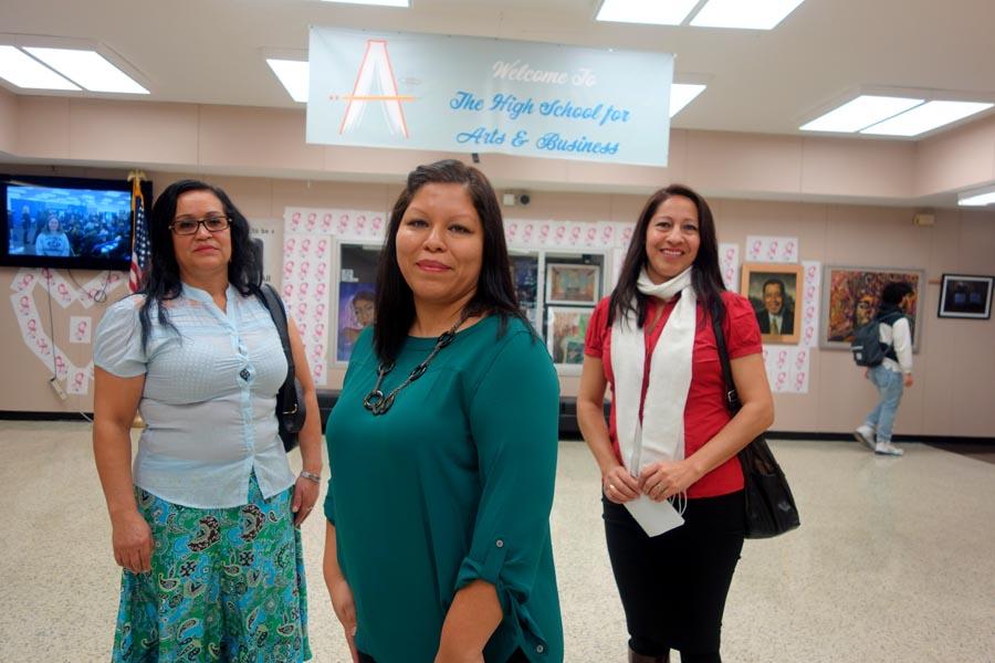 La profesora Claudia Velarde al frente de las madres Rosario Ramírez y Fanny Sarmiento.