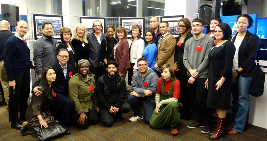 Estudiantes y directivos de LaGuarida y representantes del Astoria Bank durante el lanzamiento de las exhibicion de fotografía.
