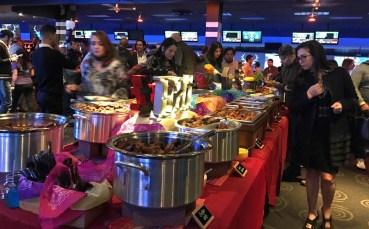 Durante la inauguración de Bowlero hubo comida y bebida.