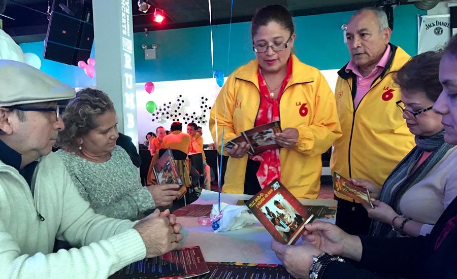 Celilia Carrera y Freddy Naranjo del Partido Social Cristiano, línea 6, conversando con sus compatriotas en el restaurante Sabor Latino de Queens.