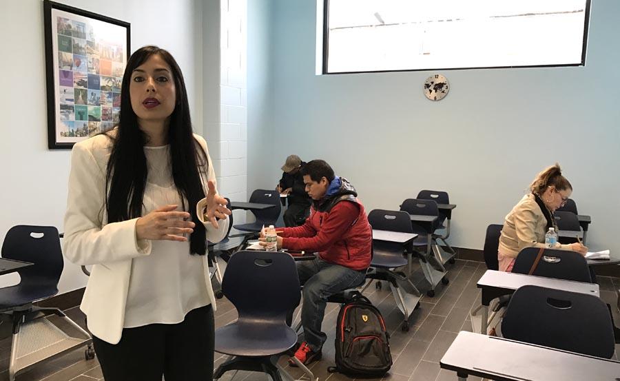 Alejandra Restrepo en uno de los salones de ZONI Language mientras algunos alumnos se inscribían para tomar las clases de inglés.