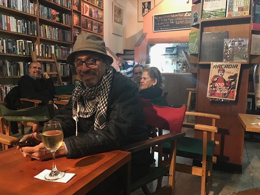 El intelectual Juan Camilo Jaramillo en la librería Luvina de Bogotá.