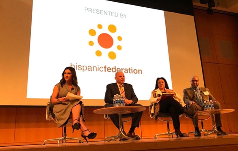 """Katiria Soto de Univision 41, a la izquierda, fue moderadora del panel """"Entre familia""""."""