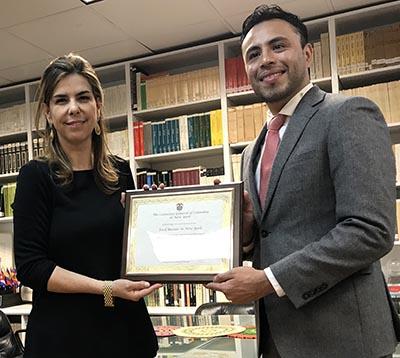 La cónsul Nieto le entregó una plaza de reconocimiento a César Cruz de Food Bazaar Supermarket.