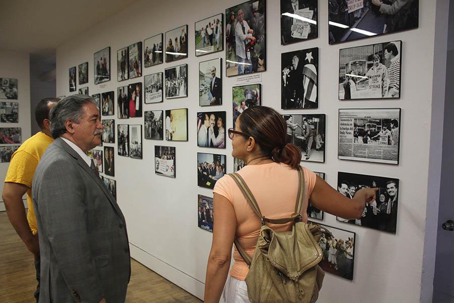 Bolivar Arellano compartiendo con el público durante la exhibición de sus fotografías.
