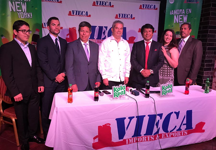 Desde la izquierda, Jack del Aguila, encargado de negocios internacionales de Industrias San Miguel del Caribe, Henry Vieluf, Enrique Rosas, Heinz Vieluf Cabrera, Arturo Marroquín, Jaline Isidor y Julio Isidor.