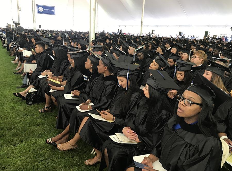 Más de 850 estudiantes acudieron a la ceremonia de graduación del Queensborough Community College.