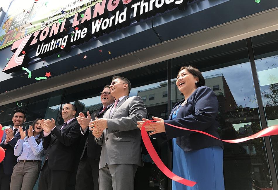 El corte de la cinta inaugural frente a la nueva sede de ZONI Language Center en Ocean Avenue, Brooklyn.