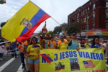 Imagen del Niño Jesús Viajero en medio del tricolor ecuatoriano. Foto Javier Castaño