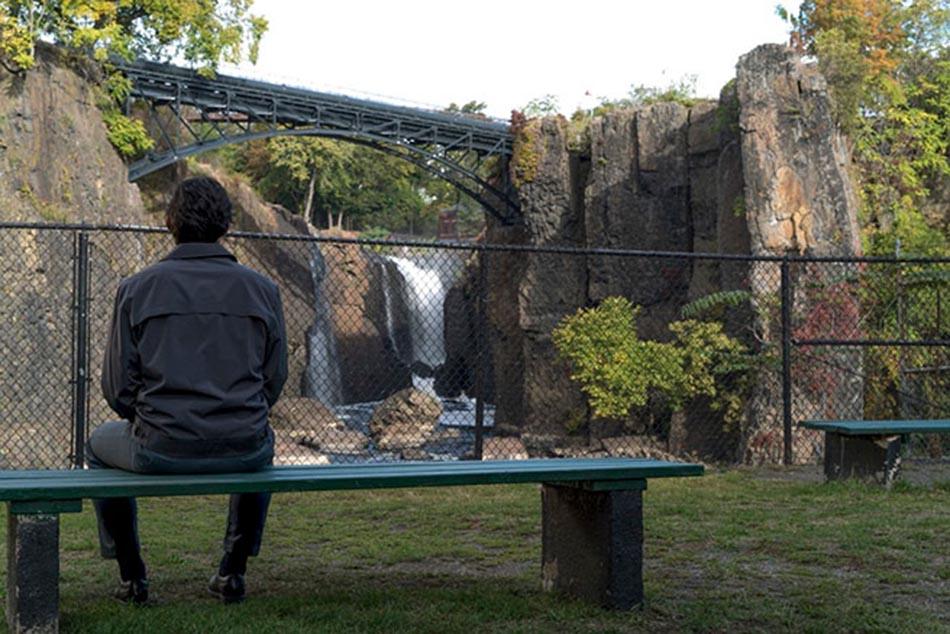 Una escena cumbre: Adam River contempla la bella cascada de Paterson.