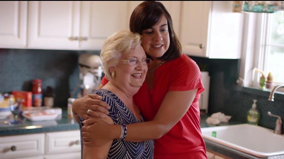Nicole Malliotakis con su madre Vera en su hogar de Staten Island, Nueva York.