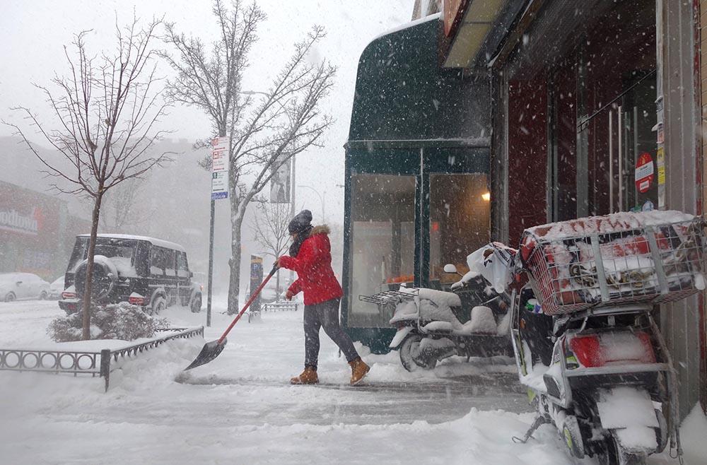 La ciudad de Nueva York comienza a sacudirse la nieve de encima.