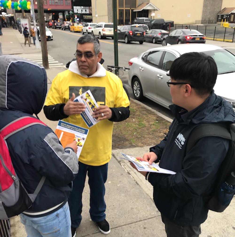 Representantes de la ciudad de Nueva York repartiendo volantes sobre los cursos de OSHA 10 entre jornaleros de Queens. Foto NYC cortesía