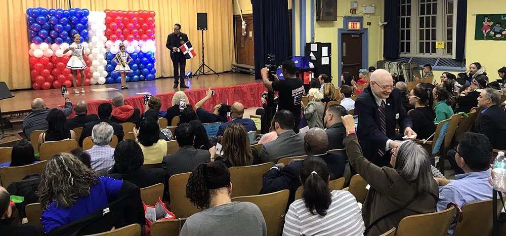 El cantante Richie Cepeda en el escenario de la escuela pública 21.