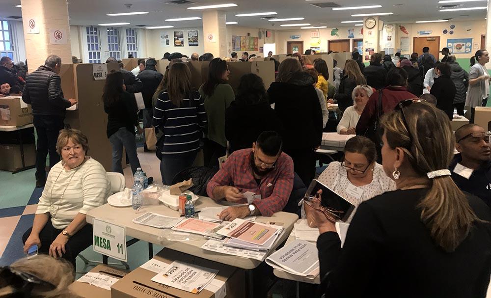 Los colombainos votaron masivamente en la escuela pública 69 de Queens, al igual que en la sede del Consulado de Colombian en Manhattan. Fotos Javier Castaño