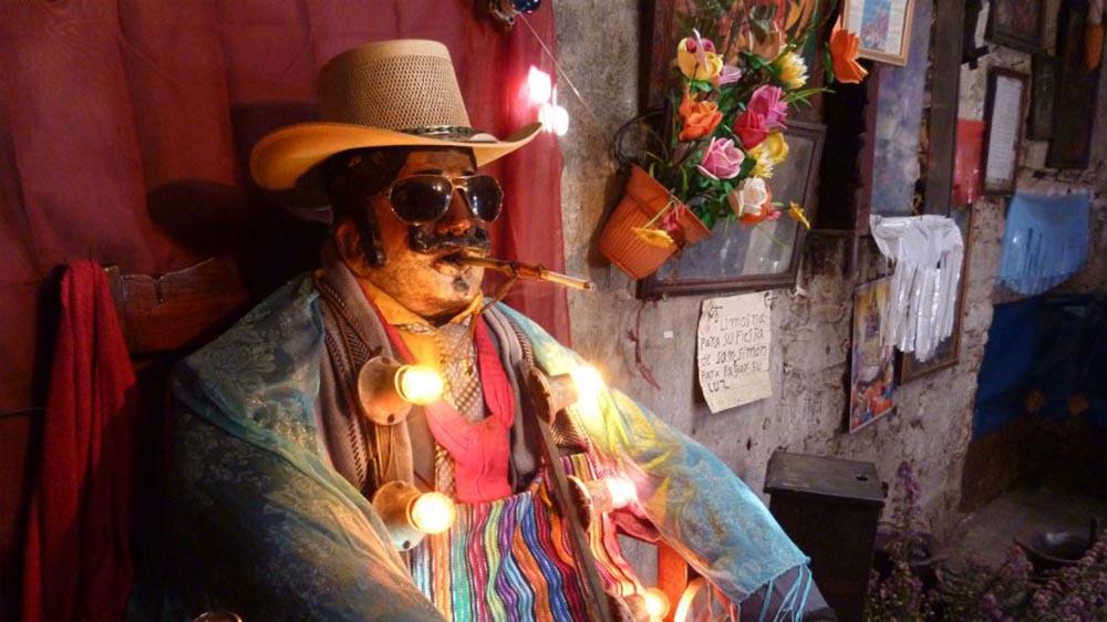 Escena del documental Maximón, el Santo Diablo que bebe licor y fuma.