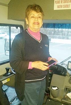 Irma Feliciano conduce bus a los 83 años.