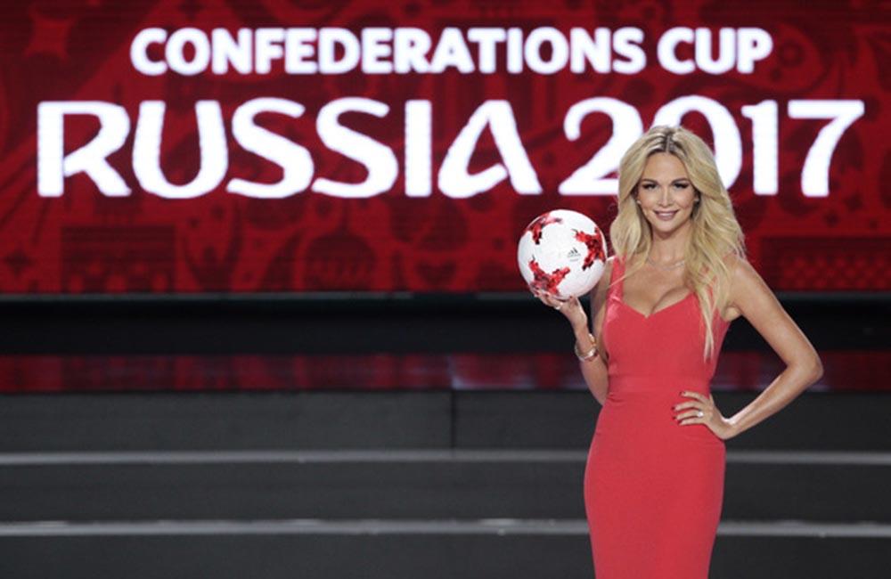 Victoria Lopyreva viaja por el mundo concientizando a las personas sobre el Sida/HIV y promoviendo el mundial de fútbol.