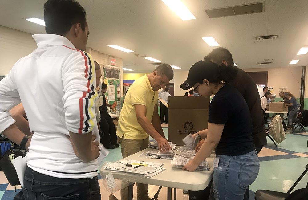 El conteo de votos en la escuela pública 69 de Jackson Heights al final del proceso de votación.