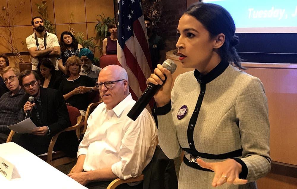 El congresista Joseph Crowley debatió con Alexandria Ocasio-Cortez, quien está en el primer plano de esta foto.