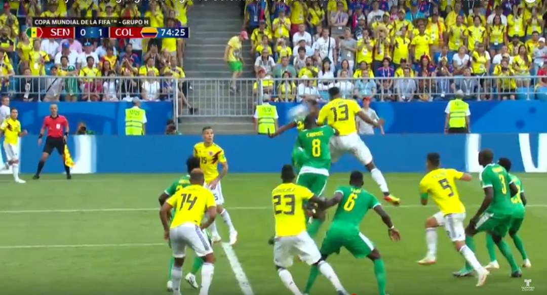 El momento en que Jerry Mina cabeza para enviar el balón al fondo de la red de Senegal.