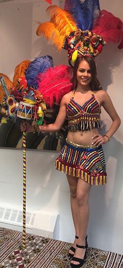 Esta mujer viste un traje típico de india colombiana.