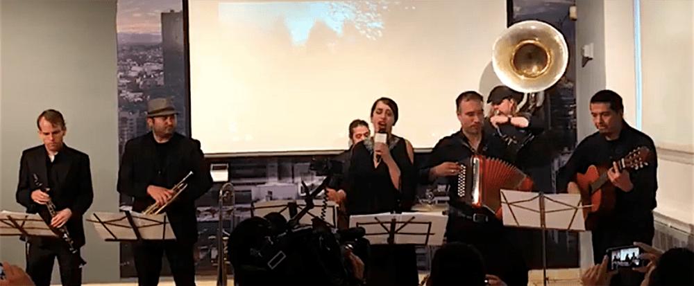 Los músicos de la Banda de Nueva York interpretaron en vivo el tema Orgullo Mexicano, durante la presentación oficial de la canción y su video en el Consulado General  de México en Nueva York, para promover la protección a los inmigrantes.