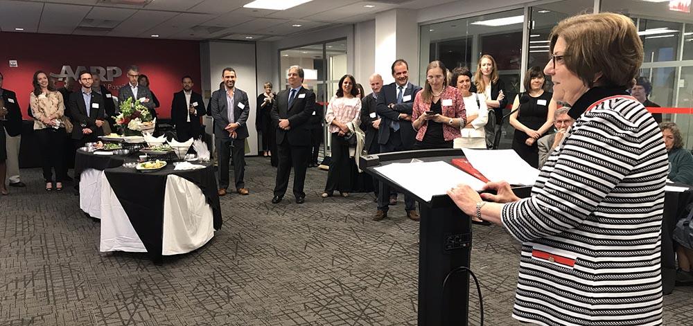 Joan Ruff dirigiéndose a los invitados en la sede de AARP en Nueva York.. Foto Javier Castaño