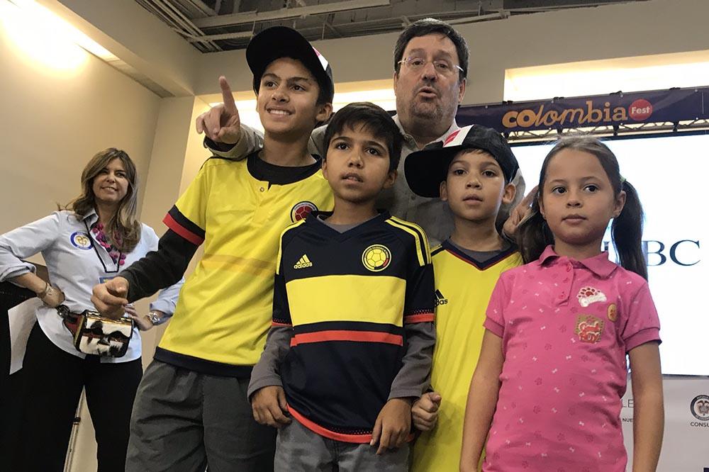 Francisco Santos, embajador de Colombia en Washington, abrazando niños colombianos en la tarima y al fondo María Isabel Nieto, cónsul general de Colombia en Nueva York, quien se retira de su cargo a finales de este mes. Foto Javier Castaño