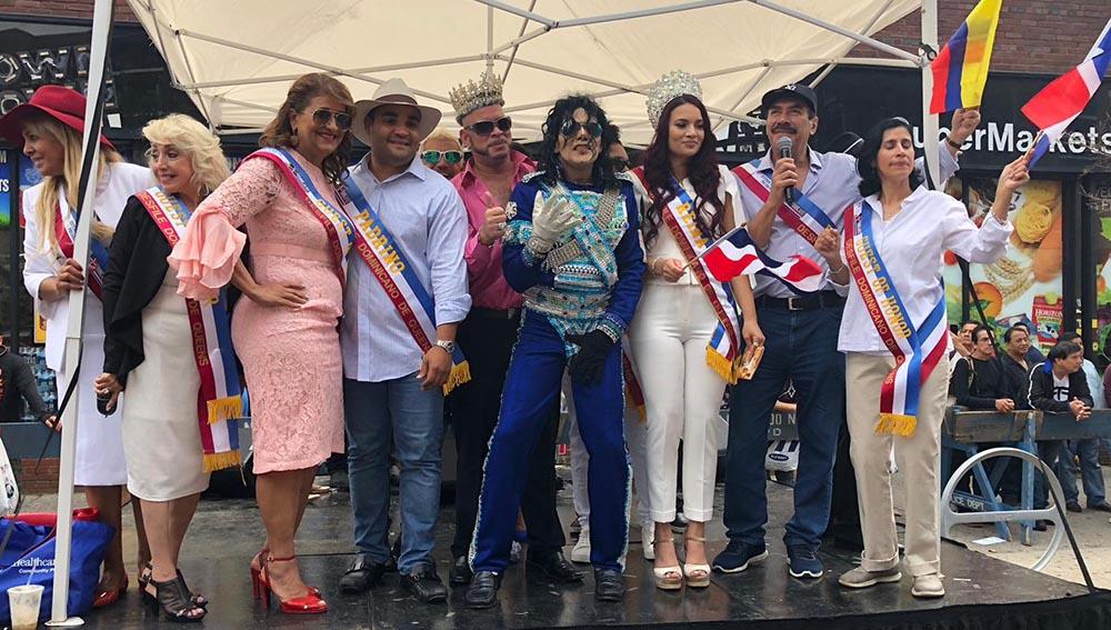 Los directivos del Desfile Dominicano de Queens en la plataforma de honor.