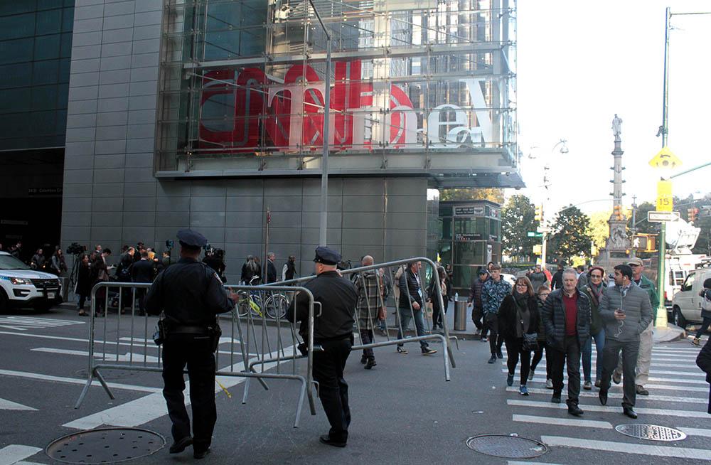 En Times Square, el edificio de CNN también está siendo protegido por la policía luego de recibir paquetes con explosivos. Foto Humberto Arellano