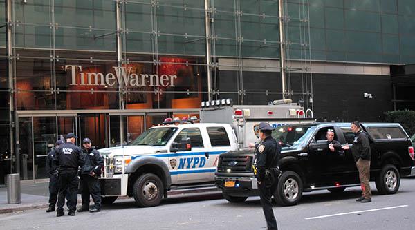 El edificio de Time Warner en Manhattan custodiado por la Policía de Nueva York luego de recibir amenazas. Foto Humberto Arellano