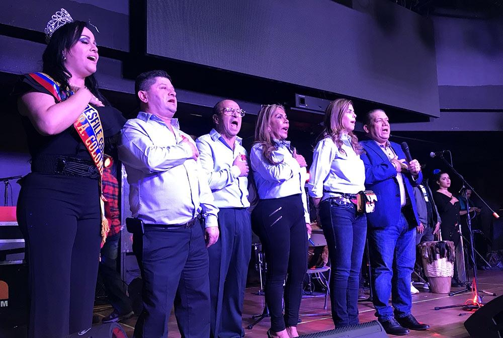 En la tarima, desde la izquierda, Oshi Arzuátegui, Osman Pineda, Horacio Poveda, Mayo de la Rosa, María Isabel Nieto y José Cruz, gerente de LaBoom.