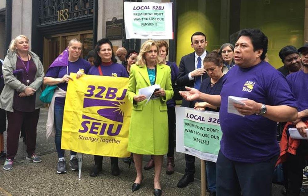 Miembros de la local 32BJ y políticos locales se han manifestado frente al edificio