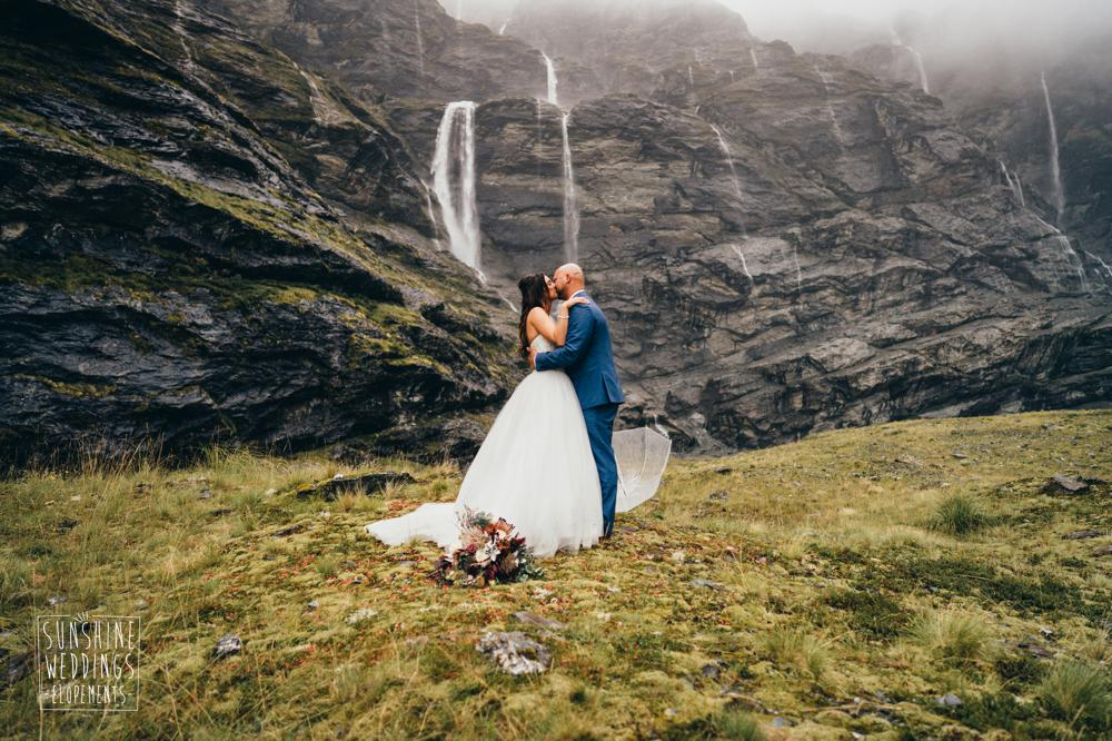 Earnslaw Burn heli wedding by Sunshine Weddings Elopements