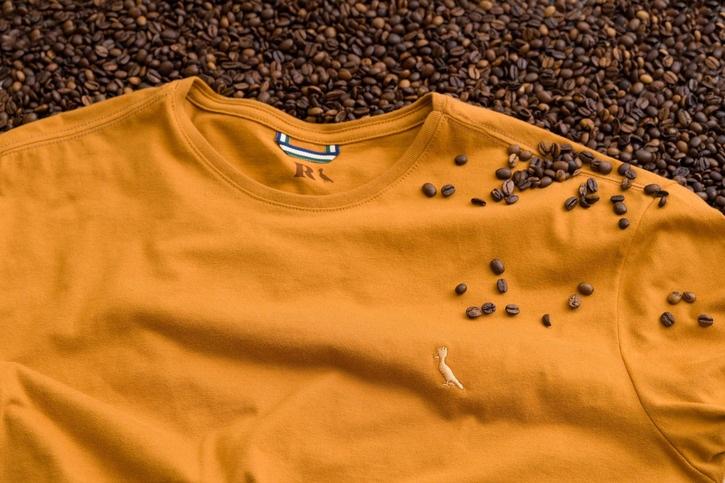 Resíduos do café viram fios de camiseta da Reserva