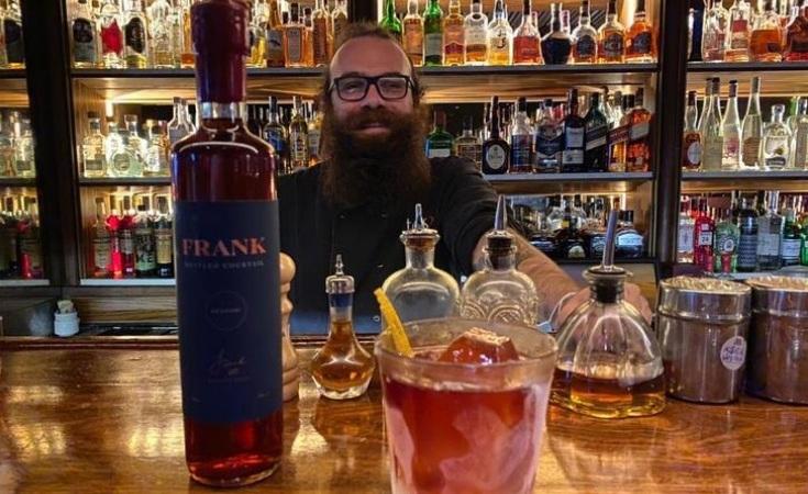 Maksoud Plaza engarrafa drinques do Frank Bar